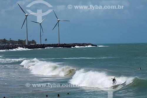 Assunto: Grupo de surfistas na praia do Titãzinho com geradores de energia eólica ao fundo / Local: Fortaleza - Ceará (CE) - Brasil / Data: 11/2011