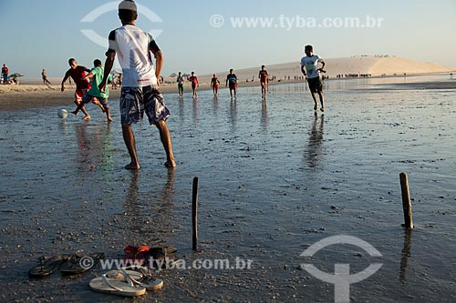 Assunto: Pessoas jogando futebol de areia em Jericoacoara / Local: Jijoca de Jericoacoara - Ceará (CE) - Brasil / Data: 11/2011