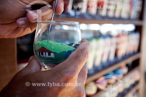 Assunto: Produção artesanal de garrafas com desenhos feito com areia colorida / Local: Beberibe - Ceará (CE) - Brasil / Data: 11/2011