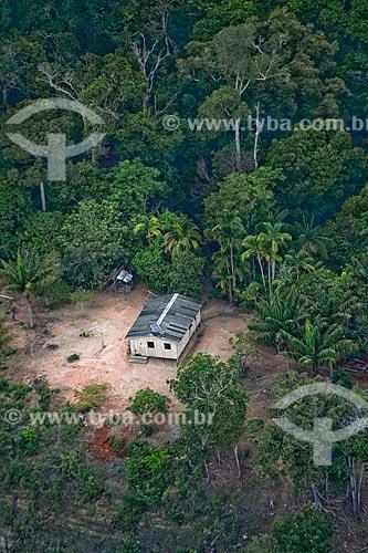 Assunto: Vista aérea da comunidade ribeirinha de Aracari - Casa em meio a uma clareira / Local: Novo Airão - Amazonas (AM) - Brasil / Data: 10/2011