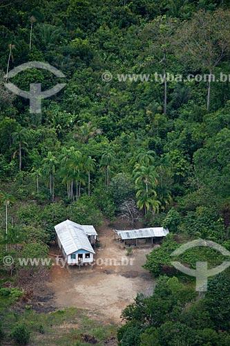 Assunto: Vista aérea da comunidade ribeirinha de Bom Jesus do Puduari - Casa isolada em meio a uma clareira / Local: Novo Airão - Amazonas (AM) - Brasil / Data: 10/2011