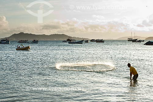 Assunto: Homem jogando tarrafa na Praia de Ponta das Canas / Local: Florianópolis - Santa Catarina (SC) - Brasil / Data: 02/2012