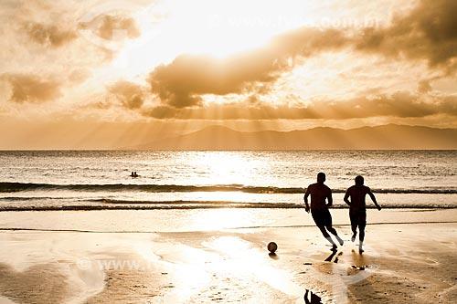 Assunto: Silhueta de homens jogando futebol na Praia de Ponta das Canas / Local: Florianópolis - Santa Catarina (SC) - Brasil / Data: 02/2012