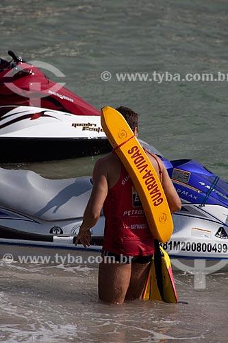 Assunto: Bombeiro guarda vidas em frente a uma moto aquática na Praia de Copacabana / Local: Copacabana - Rio de Janeiro (RJ) - Brasil / Data: 04/2012