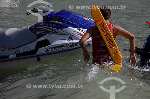 Assunto: Bombeiros guarda vidas em frente a uma moto aquática na Praia de Copacabana / Local: Copacabana - Rio de Janeiro (RJ) - Brasil / Data: 04/2012