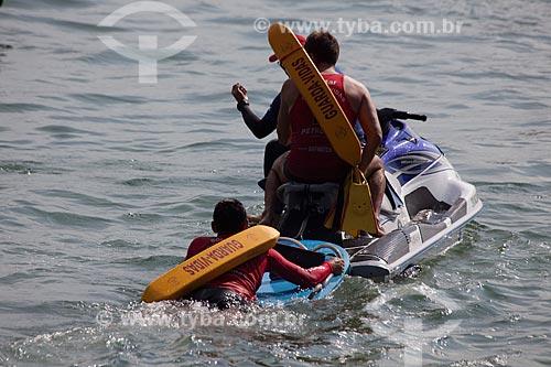 Assunto: Bombeiros guarda vidas dirigindo uma moto aquática na Praia de Copacabana / Local: Copacabana - Rio de Janeiro (RJ) - Brasil / Data: 04/2012
