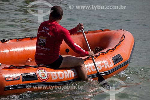 Assunto: Bombeiros guarda vidas em um bote inflável  na Praia de Copacabana / Local: Copacabana - Rio de Janeiro (RJ) - Brasil / Data: 04/2012