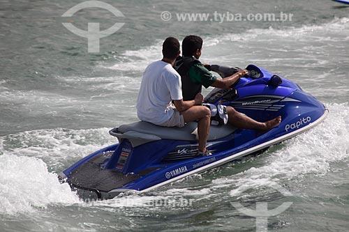 Assunto: Homem dirigindo uma moto aquática na Praia de Copacabana / Local: Copacabana - Rio de Janeiro (RJ) - Brasil / Data: 04/2012
