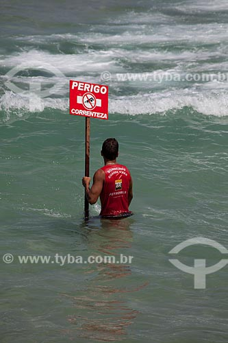 Assunto: Bombeiro guarda vidas colocando placa de Perigo correnteza na Praia de Ipanema   / Local: Ipanema - Rio de Janeiro (RJ) - Brasil / Data: 04/2012