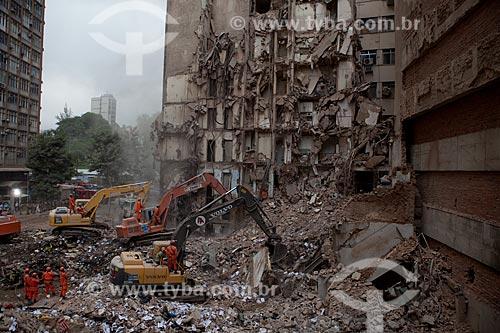 Assunto: Escavadeiras trabalhando nos escombros dos edifícios que desmoronaram na Rua 13 de Maio / Local: Centro - Rio de Janeiro (RJ) - Brasil / Data: 01/2012