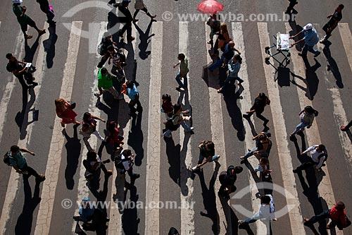 Assunto: Pedestres atravessando na faixa em avenida da cidade de Brasília / Local: Brasília - Distrito Federal (DF) - Brasil / Data:  11/2011