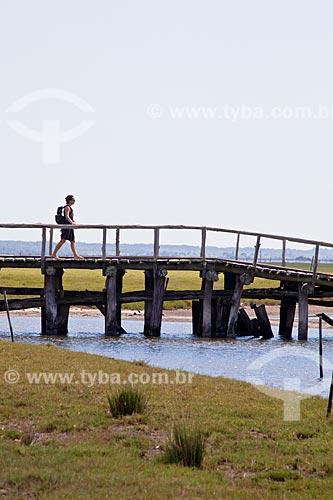 Assunto: Mulher caminhando na trilha do Talhamar sobre a  Lagoa do Peixe  / Local: Tavares - Rio Grande do Sul (RS) - Brasil / Data: 02/2012