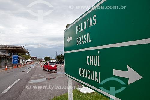 Assunto: Placa na fronteira Brasil-Uruguai com posto da Receita Federal ao fundo / Local: Chuí - Rio Grande do Sul (RS) - Brasil / Data: 02/2012