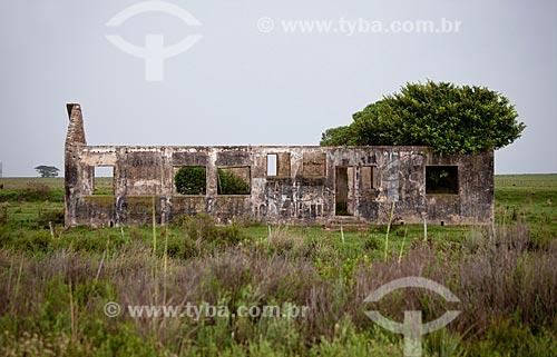 Assunto: Ruínas de casa de fazenda -  Rodovia BR-471 altura do KM 571 / Local: Santa Vitória do Palmar - Rio Grande do Sul (RS) - Brasil / Data: 02/2012
