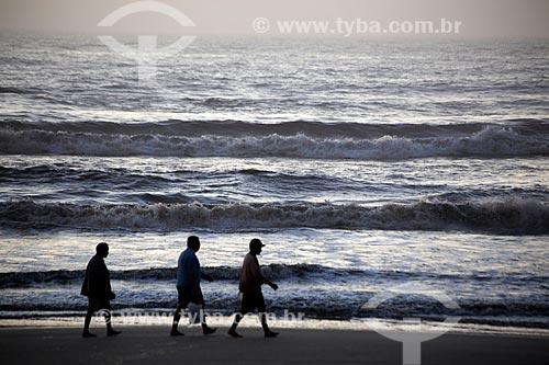 Assunto: Pessoas caminhando na Praia Nova - Balneário Mostardense / Local: Mostardas - Rio Grande do Sul (RS) - Brasil / Data: 02/2012