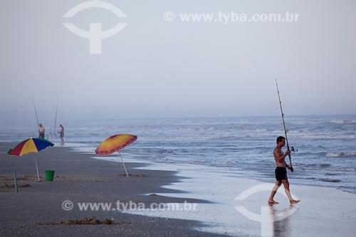 Assunto: Turista com vara de pescar no Balneário Mostardense / Local: Mostardas - Rio Grande do Sul (RS) - Brasil / Data: 02/2012