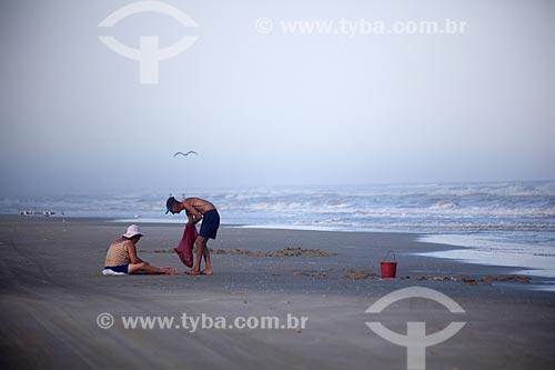 Assunto: Casal de turistas pescando no Balneário Mostardense / Local: Mostardas - Rio Grande do Sul (RS) - Brasil / Data: 02/2012