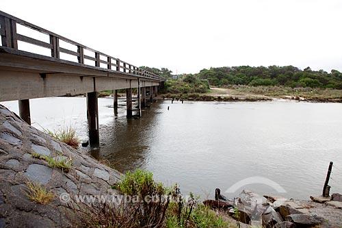 Assunto: Ponte sobre o Arroio Chuí - Vista da fronteira Brasil-Uruguai à partir do  lado uruguaio - o lado brasileiro é Santa Vitória do Palmar / Local: Divisa entre Brasil e Uruguai / Data: 02/2012