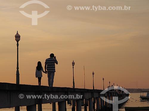 Assunto: Turistas caminhando no píer da Praia de Manguinhos para assistir ao pôr do sol / Local: Búzios - Rio de Janeiro (RJ) - Brasil / Data: 12/2011