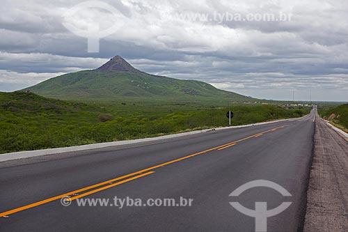 Assunto: Vista da Rodovia BR-304 com Pico do Cabugi ao fundo  / Local: Angicos - Rio Grande do Norte (RN) - Brasil / Data: 03/2012