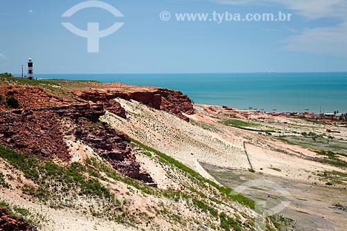 Assunto: Falésias na Ponta do Mel com Farol ao fundo - O farol foi construído em 1898 e destina-se a sinalizar a aproximação do terminal salineiro de Areia Branca  / Local: Areia Branca - Rio Grande do Norte (RN) - Brasil / Data: 03/2012