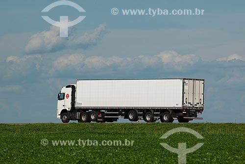 Assunto: Caminhão frigorífico passando em plantação de soja - Trecho da Rodovia BR - 153  / Local: Rondonópolis - Mato Grosso (MT) - Brasil / Data: 12/2011