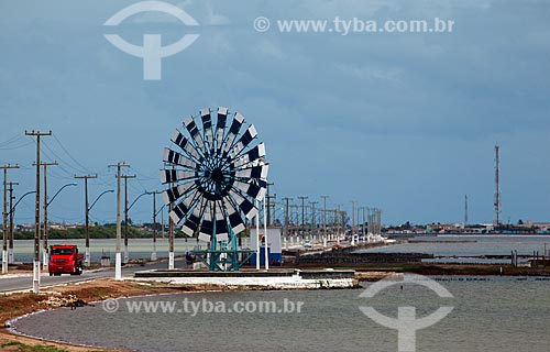 Assunto: Moinho de vento desativado na entrada da cidade no Litoral potiguar / Local: Macau - Rio Grande do Norte (RN) - Brasil / Data: 03/2012