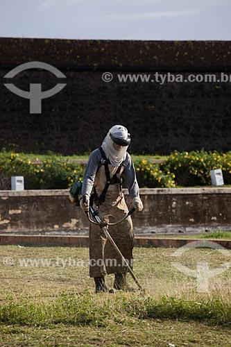 Assunto: Homem cortando grama na Fortaleza de São José de Macapá (1782)Data: 04 / Local: Macapá - Amapá (AP) - Brasil / Data: 04/2012