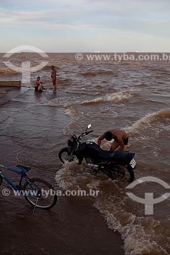 Assunto: Homem lavando moto no Rio Amazonas - Rampa de Santa Inês / Local: Macapá - Amapá (AP) - Brasil / Data: 04/2012