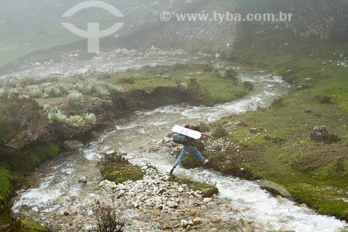 Assunto: Homem atravessando o Rio de la Culata no Parque Nacional Sierra de la Culata / Local: Mérida - Estado de Mérida - Venezuela - América do Sul / Data: 05/2012