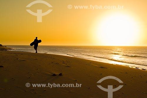 Assunto: Homem andando na praia ao lado dos Médanos Blancos na Península de Paraguaná Ponto mais setentrional da Venezuela / Local: Falcón - Falcón - Venezuela - América do Sul / Data: 05/2012