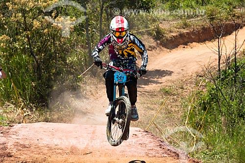 Assunto: Ciclista saltando - Etapa do Circuito Estadual de Downhill do Rio de Janeiro / Local: Miguel Pereira - Rio de Janeiro (RJ) - Brasil / Data: 01/2011