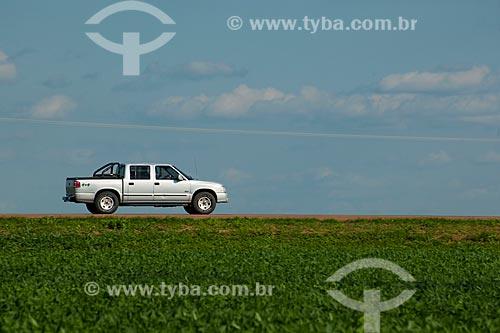 Assunto: Caminhonete passando em plantação de soja - Trecho da Rodovia BR-153  / Local: Rondonópolis - Mato Grosso (MT) - Brasil / Data: 12/2011