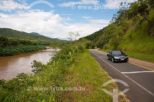 Assunto: Rodovia Estadual SP-165 na Região de Eldorado paralela ao Rio Ribeira de Iguape / Local: Eldorado - São Paulo (SP) - Brasil / Data: 02/2012