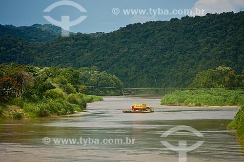 Assunto: Caminhão baú atravessando o Rio Ribeira de Iguape por balsa   / Local: Eldorado - São Paulo (SP) - Brasil / Data: 02/2012