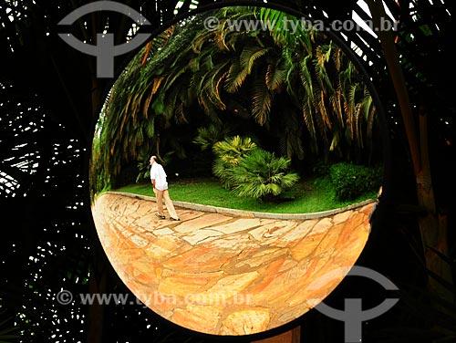 Assunto: Imagem de homem caminhando refletindo no espelho do Instituto Inhotim / Local: Brumadinho - Minas Gerais (MG) - Brasil / Data: 06/2012