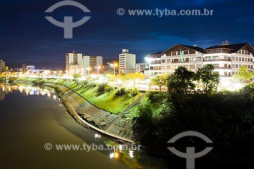 Assunto: Prefeitura Municipal de Blumenau e Avenida Beira-Rio ao anoitecer / Local: Blumenau - Santa Catarina (SC) - Brasil / Data: 06/2012
