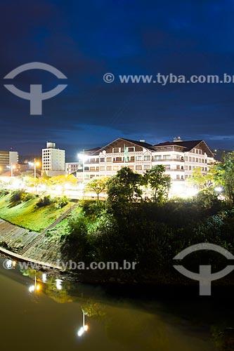 Assunto: Prefeitura Municipal de Blumenau e Avenida Beira Rio ao anoitecer / Local: Blumenau - Santa Catarina (SC) - Brasil / Data: 06/2012