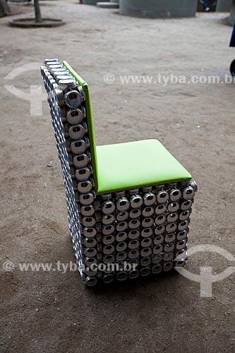 Cadeira feita com latas de aluminio reciclado exposta na Cúpula dos Povos durante a Rio+20 - Criador: Adriano Bezerra (Fabricante de móveis utilitários domésticos de tampa de lata) - Origem: Caracaraí (RR)  - Rio de Janeiro - Rio de Janeiro - Brasil
