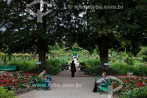 Assunto: Pessoas sentadas no Jardim de Claude Monet / Local: Giverny - França - Europa / Data: 06/2012
