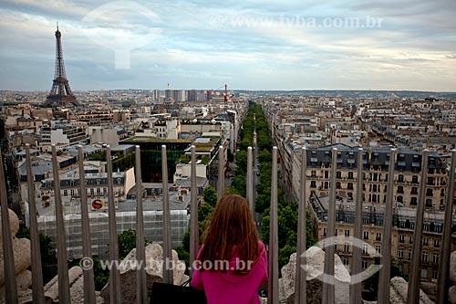 Assunto: Turista observando Paris do mirante do Arco do Triunfo / Local: Paris - França - Europa / Data: 06/2012