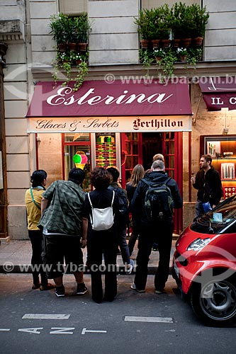 Assunto: Pessoas na porta da Sorveteria Esterina  - sorvetes Berthillon na ilha de Saint-Louis / Local: Paris - França - Europa / Data: 06/2012