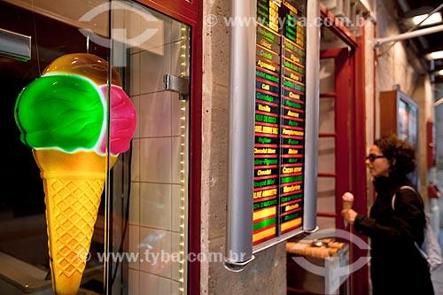 Assunto: Mulher na porta da Sorveteria Esterina  - sorvetes Berthillon na ilha de Saint-Louis / Local: Paris - França - Europa / Data: 06/2012