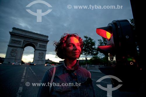 Assunto: Turista com Arco do Triunfo ao fundo / Local: Paris - França - Europa / Data: 06/2012