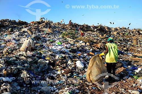 Assunto: Trabalhadores coletando lixo com  auxílio de retroescavadeira no Aterro Sanitário de Jardim Gramacho  / Local: Duque de Caxias - Rio de Janeiro (RJ) - Brasil / Data: 04/2011