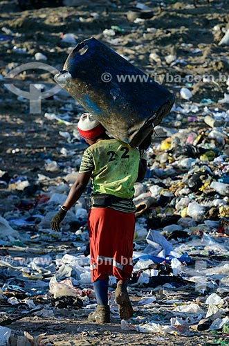 Assunto: Trabalhador carregando cesta de plástico para coleta de lixo no Aterro Sanitário de Jardim Gramacho / Local: Duque de Caxias - Rio de Janeiro (RJ) - Brasil / Data: 04/2011