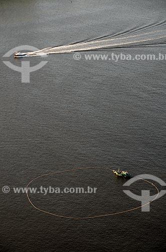 Assunto: Vista aérea de lancha e barco de pesca de arrastão em alto-mar   na Baía de Guanabara  / Local: Rio de Janeiro (RJ) - Brasil / Data: 10/2011