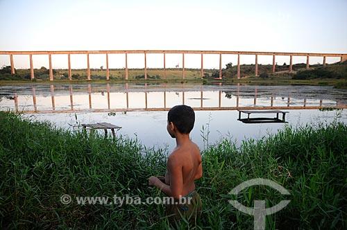 Assunto: Ponte da ferrovia de Carajás no bairro de Piquiá de Baixo - Menino em primeiro plano / Local: Açailândia - Maranhão (MA) - Brasil / Data: 05/2012