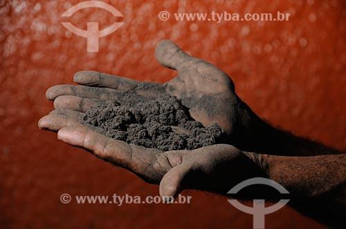 Assunto: Homem mostrando a poeira produzida pela poluição das fábricas de ferro gusa / Local: Açailândia - Maranhão (MA) - Brasil / Data: 05/2012
