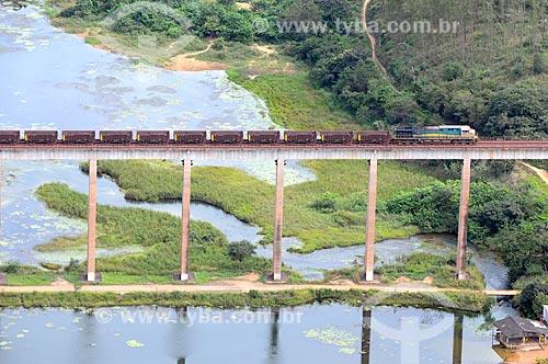 Assunto: Trem da Companhia Vale do Rio Doce (CVRD), cruzando a ponte da ferrovia de Carajás, em Açailândia / Local: Açailândia - Maranhão (MA) - Brasil / Data: 05/2012